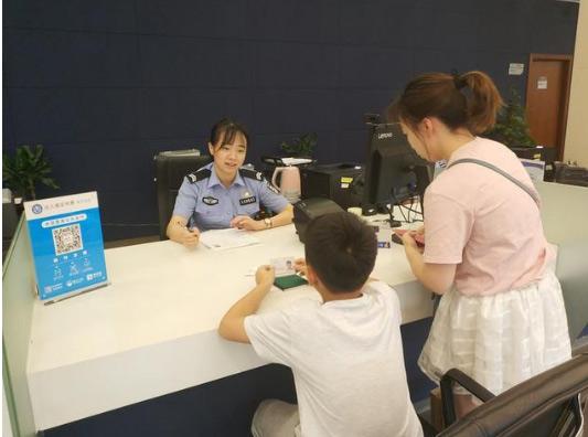 暑期出入境办证高峰来袭杭州公安为你支招