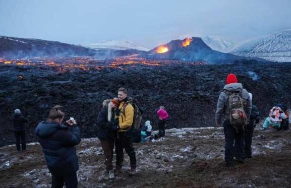 冰岛火山出现新的火山喷发裂缝上百人紧急撤离